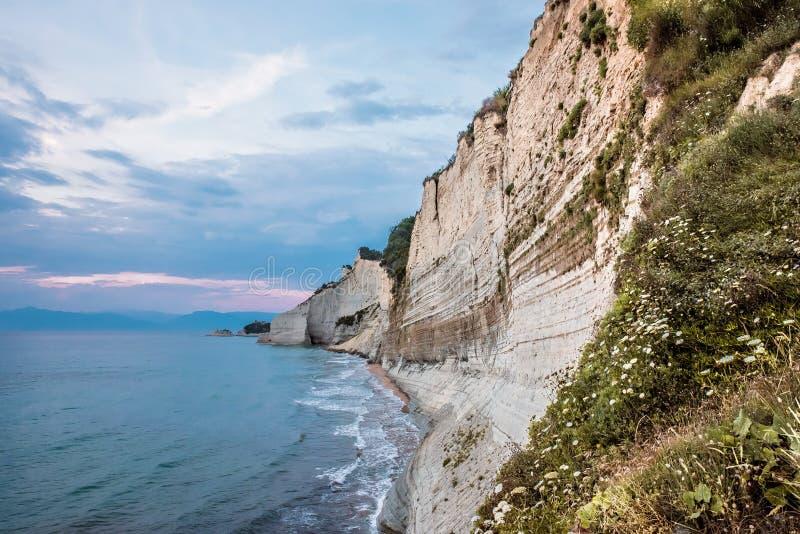 Logas strand och stenig klippa i Peroulades, Korfu ? royaltyfri fotografi