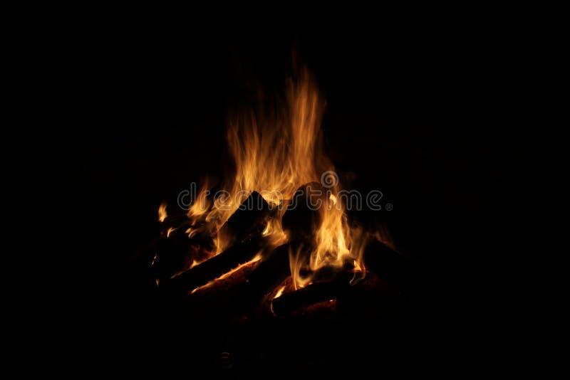 Logboekbrand op zwarte achtergrond stock afbeelding