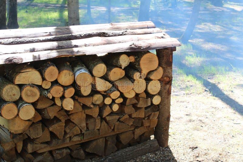 Logboeken, brandhout dat in woodpile wordt gestapeld stock foto's