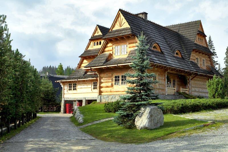 Logboekhuis op de heuvel stock fotografie