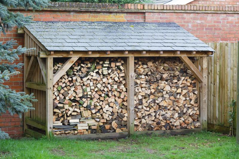 Logboekopslag met brandhout stock afbeelding