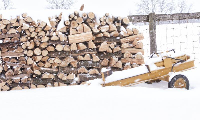 Logboeksplitser naast een stapel van hout royalty-vrije stock foto's