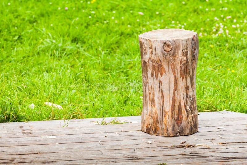 Logboektribunes op landelijke houten bevloering stock afbeeldingen