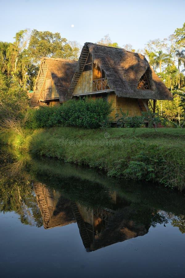 Loge d'Eco construite du bambou dans la région d'Amazone photos libres de droits