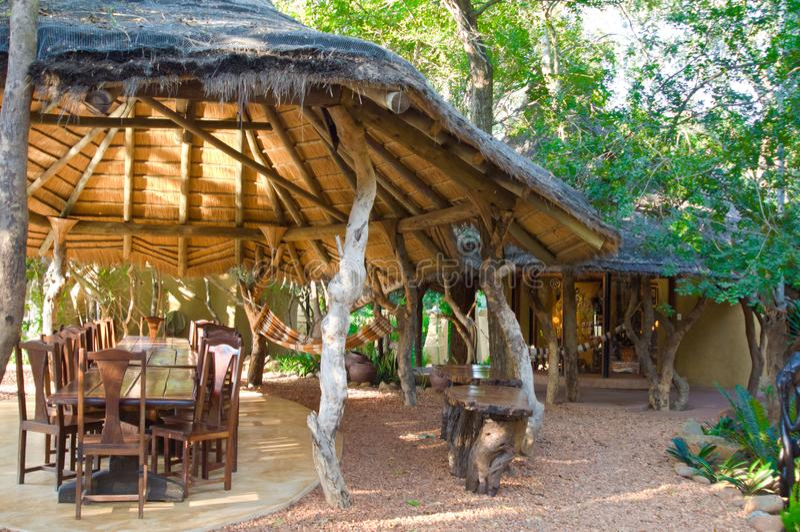 Loge de luxe de safari, patio extérieur avec le toit thached en Afrique du Sud photo stock