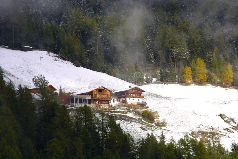 Loge de montagne photos stock