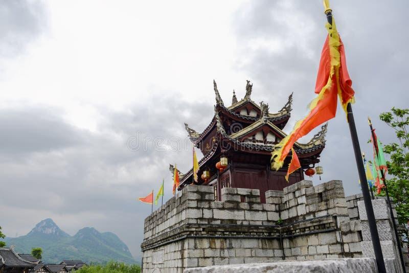 Loge du portier crénelée antique dans l'après-midi nuageux de ressort, Guiyang photographie stock libre de droits