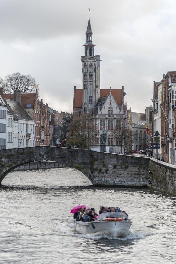 Loge och kanal Bruges för Poortersloge borgare` arkivbilder