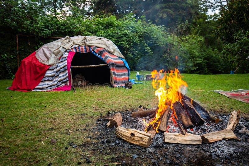 Loge suée indigène traditionnelle avec les pierres chaudes images stock