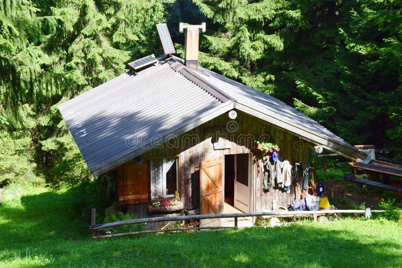 Loge traditionnelle en montagnes de Dolomiti image libre de droits