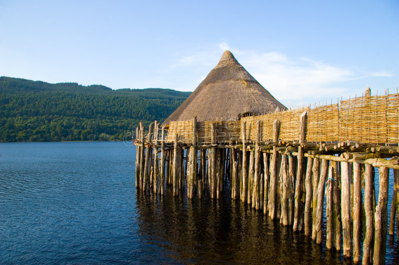 Logement antique de loch de Crannog, Ecosse photos stock