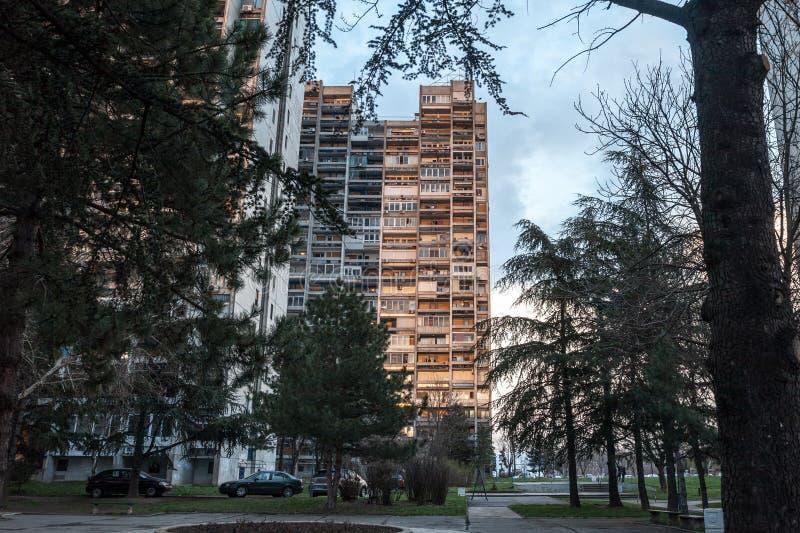 Logement communiste traditionnel dans la banlieue de Belgrade, ? nouveau Belgrade Ces le genre de hausses ?lev?es sont des symbol image libre de droits