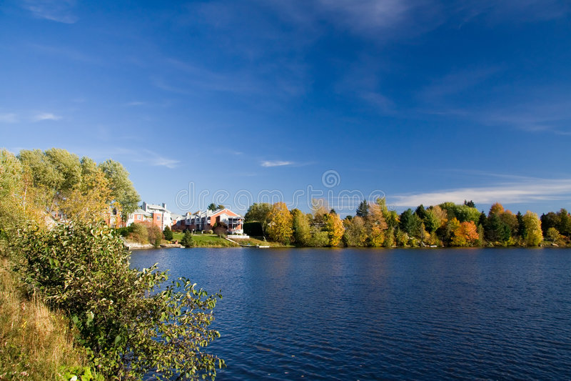 Logement de bord du lac images libres de droits