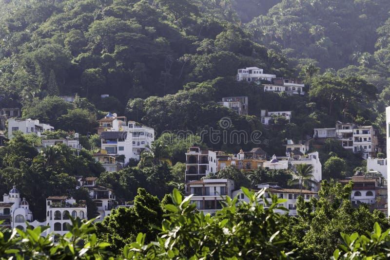 Logements dans la jungle montagneuse de Puerto Vallarta, Mexique photo stock