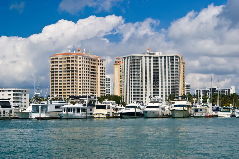 Logements et bateaux de luxe sur le compartiment de Sarasota photographie stock libre de droits