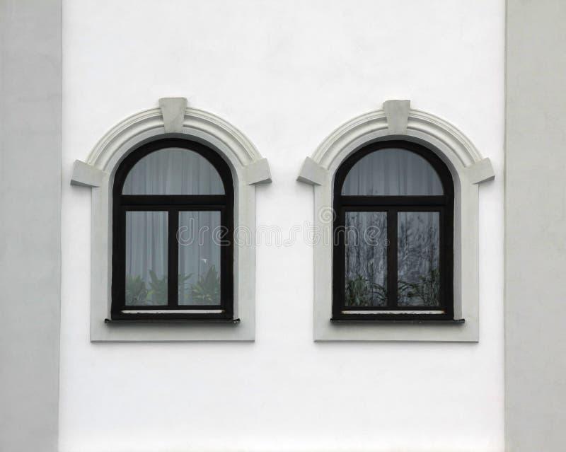 Logez l'avant avec deux fenêtres arquées, rétro style image stock