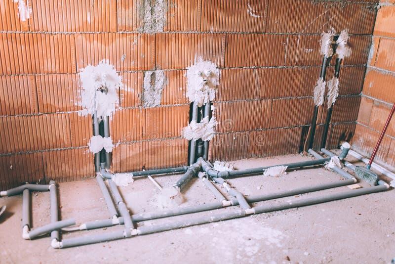Logez la construction et rénovation, les tuyaux et des outils de mettre d'aplomb Détails de salle de bains avec l'instalation de  photo stock