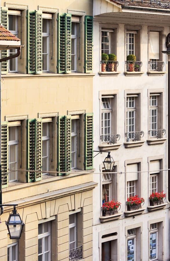 Logez les avants avec des fenêtres et des volets à la vieille ville de Berne, Suisse photographie stock