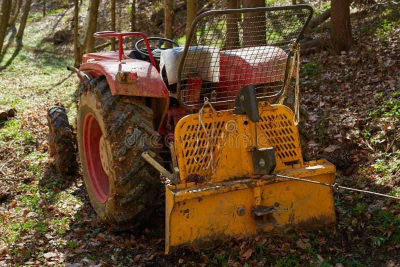 Logga traktoren med vinschen arkivbild