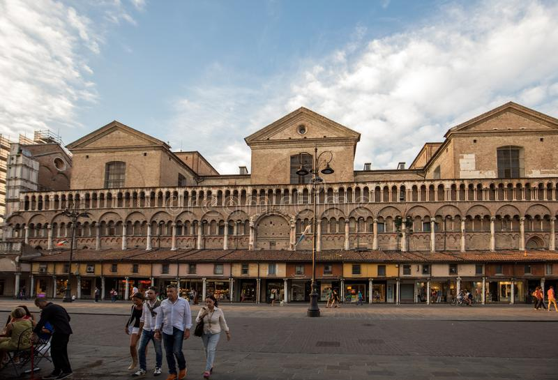 Loggia av köpmännen längs sidan av den Ferrara duomoen, piazza Trento Trieste, Ferrara, Emilia-Romagna, Italien, Europa royaltyfri fotografi