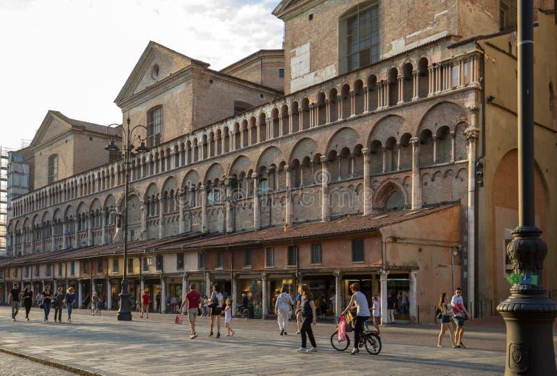 Loggia der Kaufleute entlang der Seite von Ferrara-Duomo, Marktplatz Trento Triest, Ferrara, Emilia-Romagna, lizenzfreie stockbilder