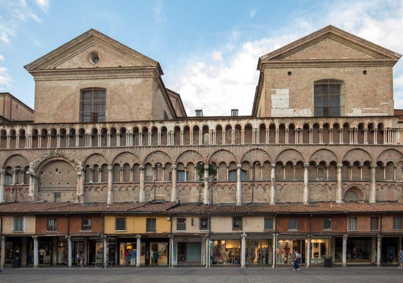 Loggia der Kaufleute entlang der Seite von Ferrara-Duomo, Marktplatz Trento Triest, Ferrara, Emilia-Romagna, Italien, Europa stockfotos
