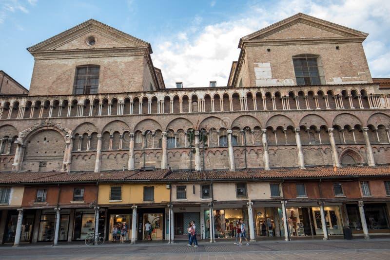 Loggia der Kaufleute entlang der Seite von Ferrara-Duomo, Marktplatz Trento Triest, Ferrara, Emilia-Romagna, Italien, Europa lizenzfreie stockbilder