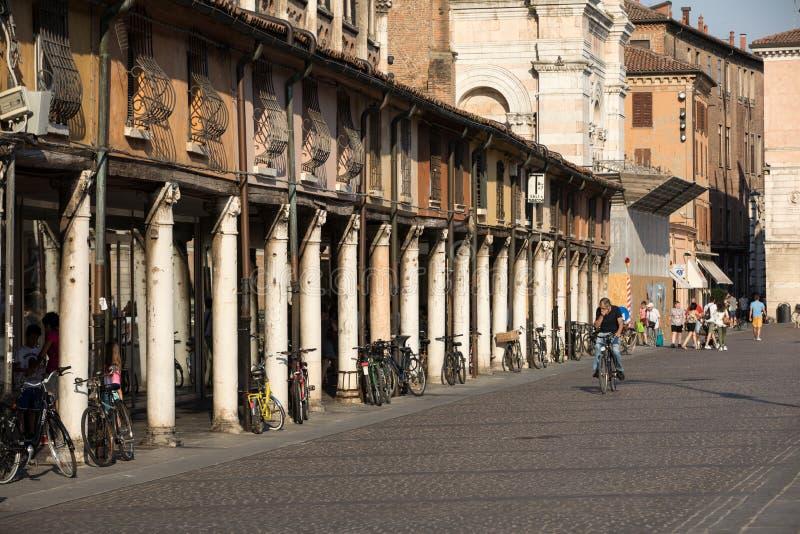 Loggia der Kaufleute entlang der Seite von Ferrara-Duomo, Marktplatz Trento Triest, Ferrara, Emilia-Romagna, Italien, Europa stockbild