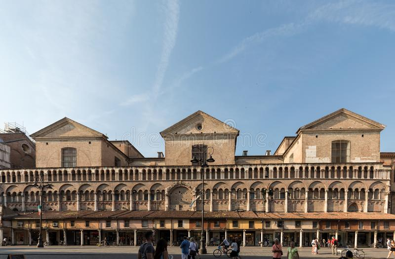 Loggia der Kaufleute entlang der Seite von Ferrara-Duomo, Marktplatz Trento Triest, Ferrara, Emilia-Romagna, Italien, Europa stockbilder