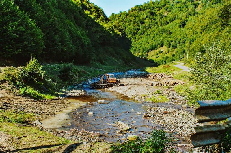 logging Жатка работая в лесе стоковые изображения