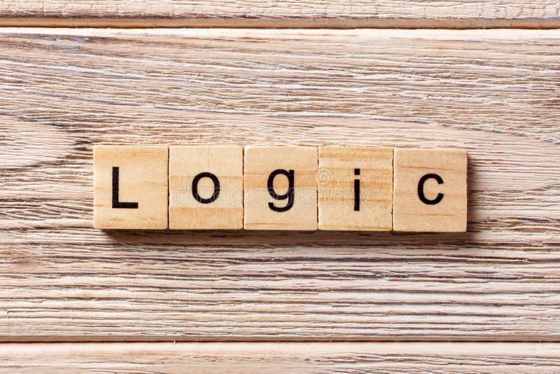 Logicawoord op houtsnede wordt geschreven die Logicatekst op lijst, concept stock foto