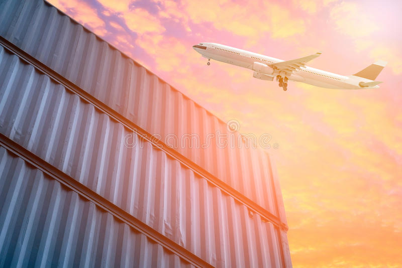 Logistica e trasporto dell'aereo da carico nell'iarda di spedizione immagini stock