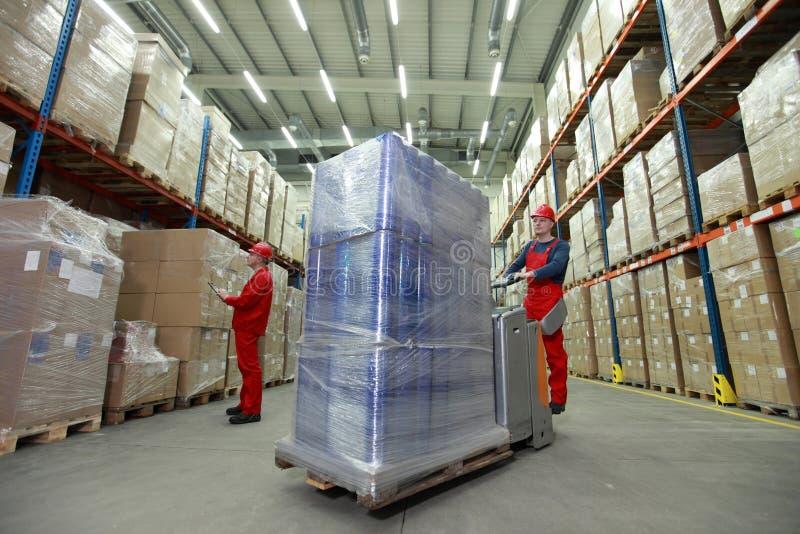 Logistica - lavoratori in deposito fotografia stock
