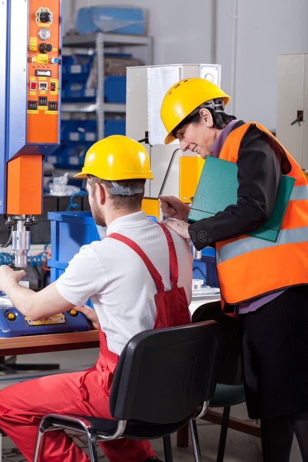 Logistician som kontrollerar arbetaren royaltyfria bilder