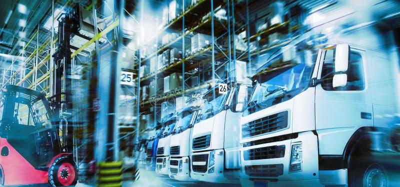 Logistiek met pakhuis, vrachtwagens en vorkheftruck royalty-vrije stock foto's