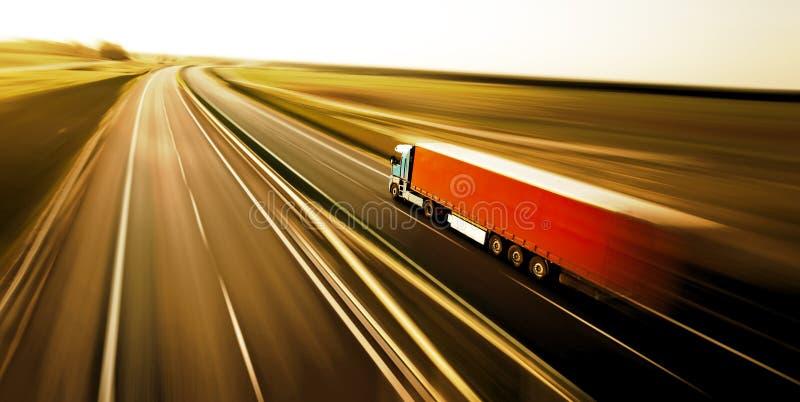 Logistiekvrachtwagen op de weg