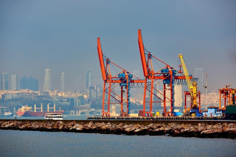Logistik och trans. av behållarelastfartyg- och lastnivån med den arbetande kranbron i skeppsvarv som är logistiska fotografering för bildbyråer