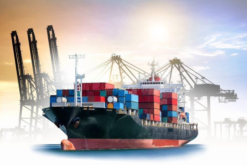 Logistik und Transport des internationalen Behälter-Frachtschiffs mit Häfen strecken Brücke im Hafen für logistischen Import-expo lizenzfreie stockbilder