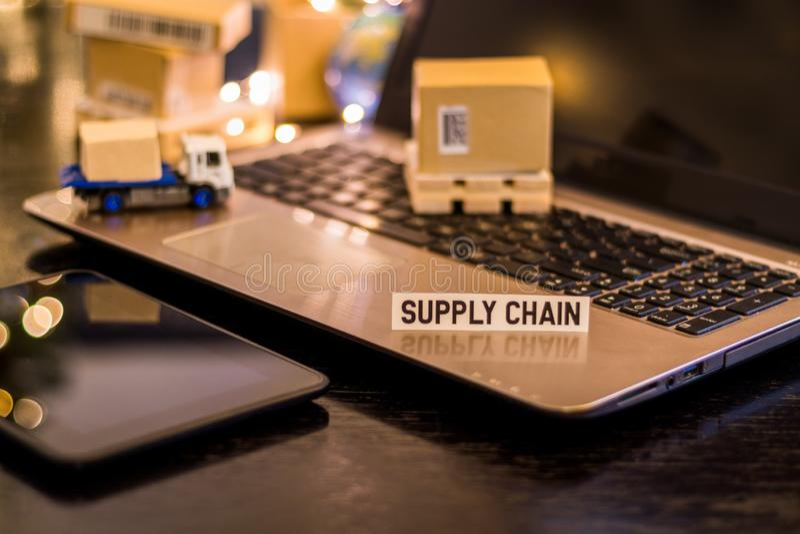 Logistik-Versorgungskette-Herausforderungen - Stilllebenlogistik-Geschäftskonzept mit Laptop, Telefon, Miniversandkartone lizenzfreie stockbilder