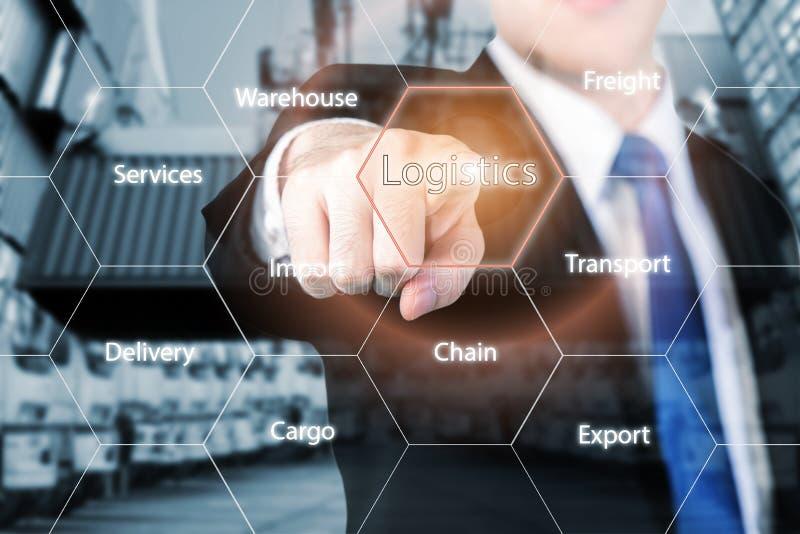 Logistikbegrepp med affärsmanhanden som rymmer digital minnestavla s royaltyfri fotografi