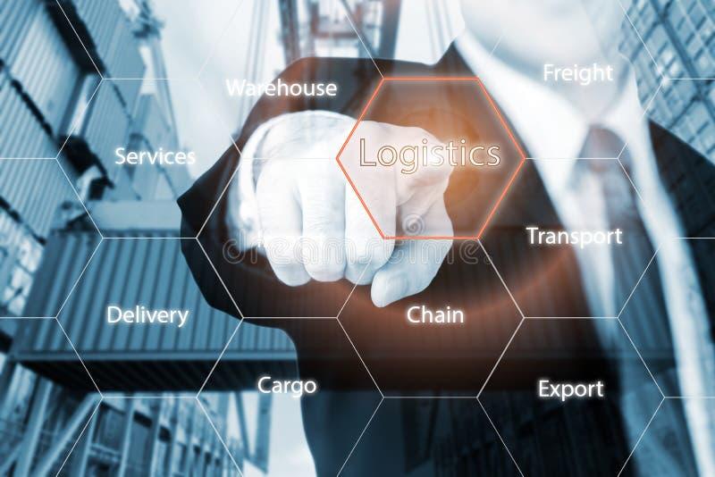 Logistikbegrepp med affärsmanhanden som rymmer digital minnestavla s royaltyfria bilder