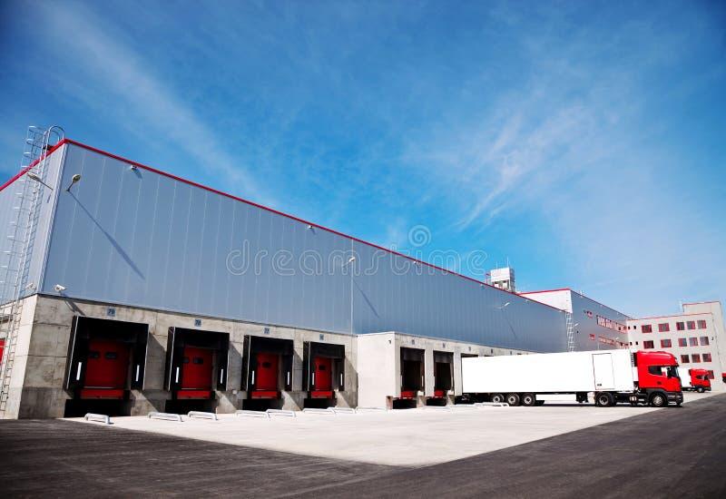 Logistikgebäude-LKW stockbild
