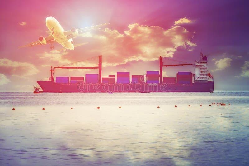 Logistikimport-export Hintergrund des vollen roten Containerschiffs MO stockbild