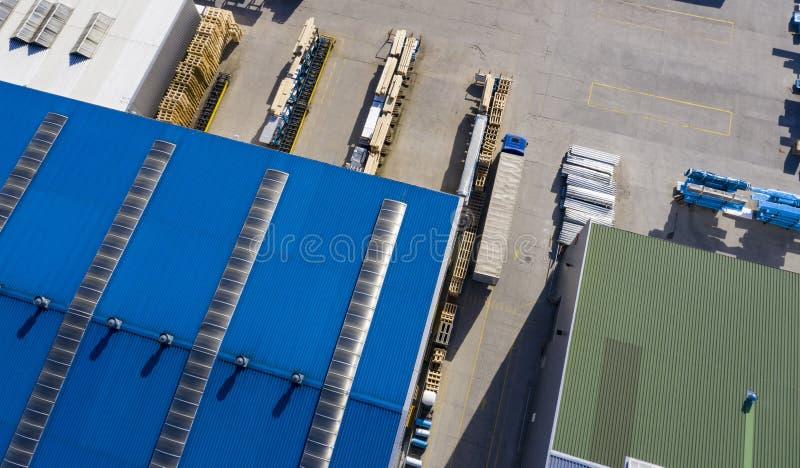 Logistikmitt Lastbilar i lagerf?rdelningsmitt flyg- sikt arkivfoton