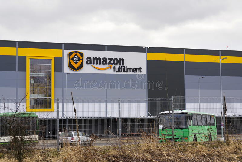 Logistique en ligne de réalisation d'Amazone de société de détaillant construisant le 12 mars 2017 dans Dobroviz, République Tchè images stock