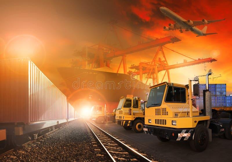 Logistische treinen en vrachtwagen van land en schip in havenvrachtvliegtuig F royalty-vrije stock fotografie