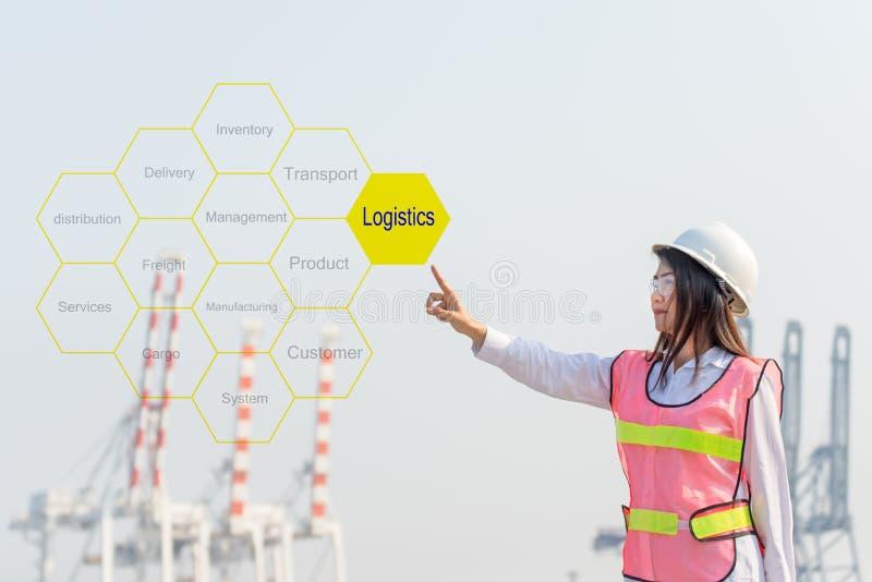 Logistisk konsulent för asiatiskt kvinnateknikerhandlag som framlägger etikettsmolnet om logistiska och funktionsdugliga behållar fotografering för bildbyråer