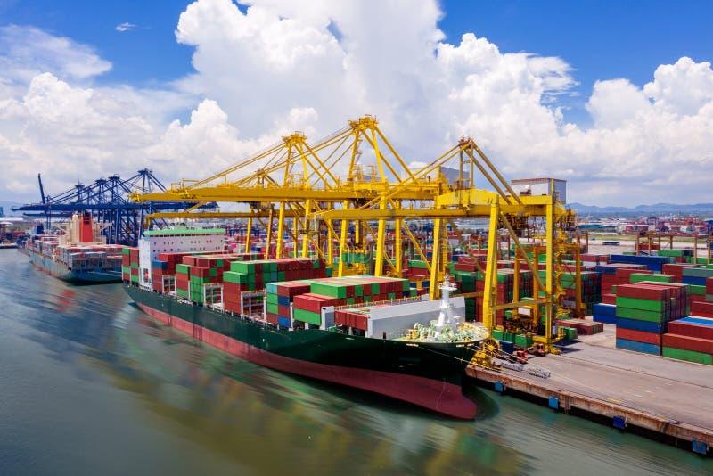 Logistyka i transport kontenerowego statku towarowego obraz royalty free