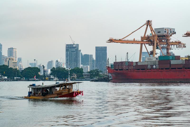 Logistyka i transport zbiornika ładunku statek i żurawia most z budynku pejzażu miejskiego tłem Import i eksport fotografia royalty free