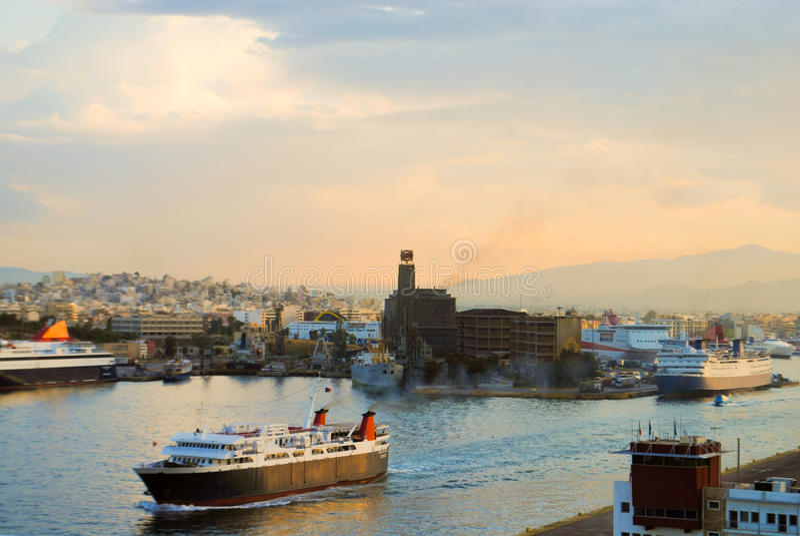 Logistyki i transport międzynarodowy zbiornika ładunku statek z portu żurawia mostem w schronieniu przy półmrokiem dla importa ek obraz royalty free